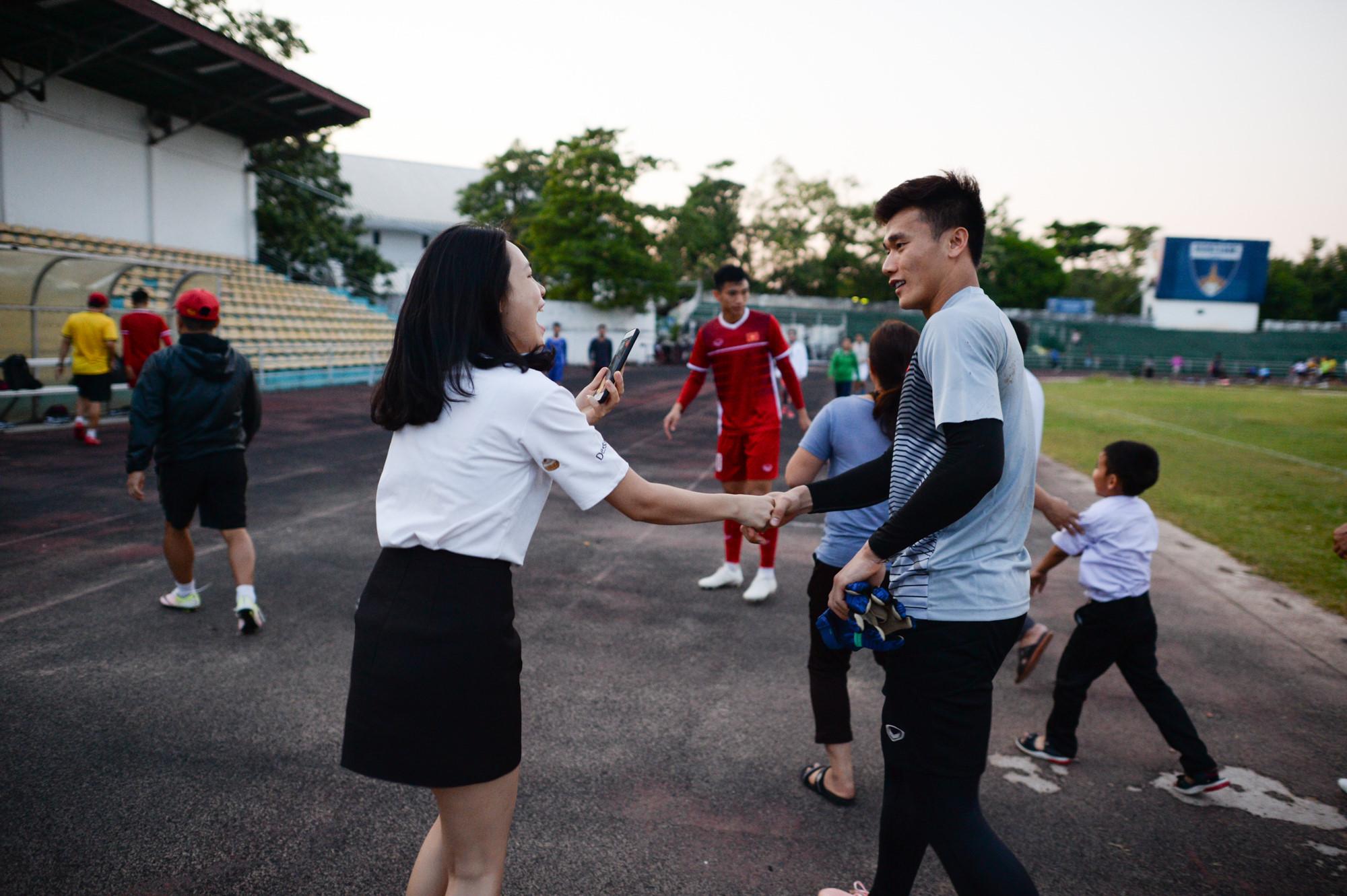 Tuyển Việt Nam tập chung sân với người dân đi tập thể dục Ảnh 11