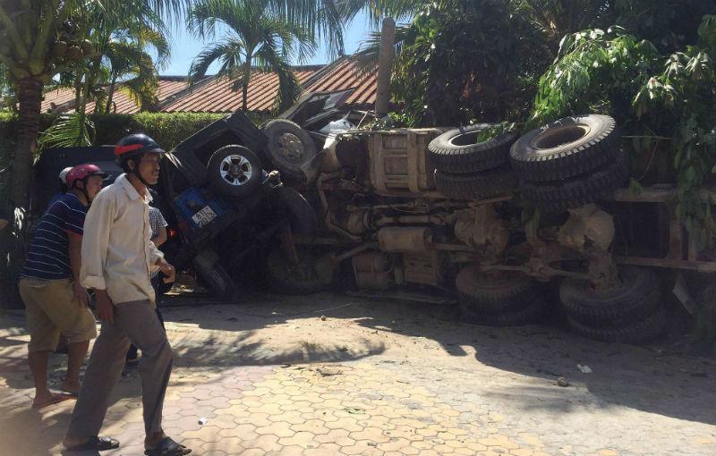 Xe ben lao vào resort tông 2 xe jeep, đè nát chân người dân Ảnh 1