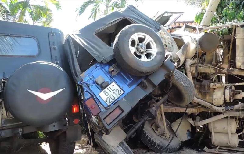Xe ben lao vào resort tông 2 xe jeep, đè nát chân người dân Ảnh 2