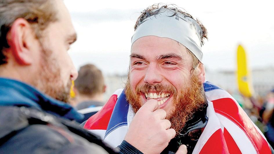 Người đầu tiên bơi vòng quanh nước Anh Ảnh 1