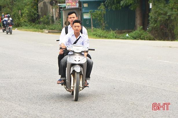 Học sinh đầu trần, đội mũ phớt 'lướt' xe máy trên quốc lộ Ảnh 9