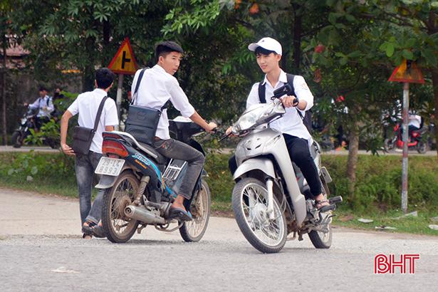 Học sinh đầu trần, đội mũ phớt 'lướt' xe máy trên quốc lộ Ảnh 4