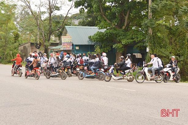Học sinh đầu trần, đội mũ phớt 'lướt' xe máy trên quốc lộ Ảnh 2