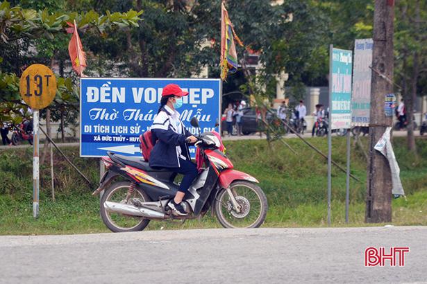 Học sinh đầu trần, đội mũ phớt 'lướt' xe máy trên quốc lộ Ảnh 5