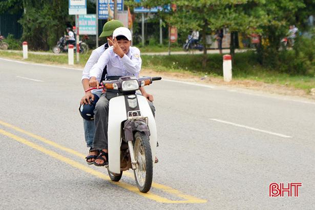Học sinh đầu trần, đội mũ phớt 'lướt' xe máy trên quốc lộ Ảnh 8
