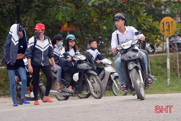 Học sinh đầu trần, đội mũ phớt 'lướt' xe máy trên quốc lộ Ảnh 7