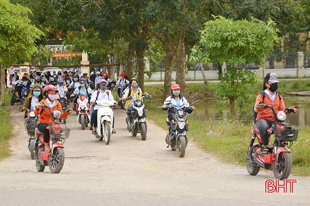 Học sinh đầu trần, đội mũ phớt 'lướt' xe máy trên quốc lộ Ảnh 1