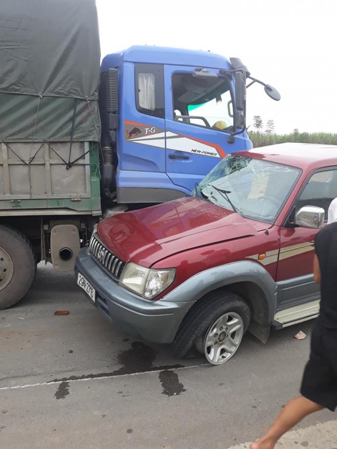 Lại đi ngược chiều, ô tô 7 chỗ biến dạng sau khi va chạm với xe tải Ảnh 4