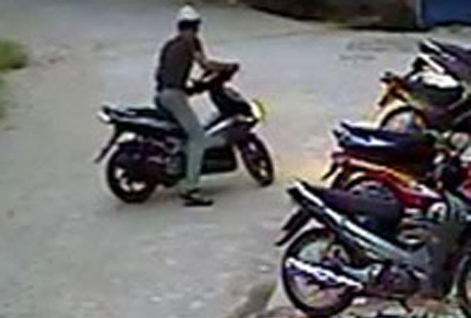 Thầy giáo lén dắt trộm xe máy nhà người quen lấy tiền trong cốp tiêu xài rồi vứt xe ở dọc đường Ảnh 1