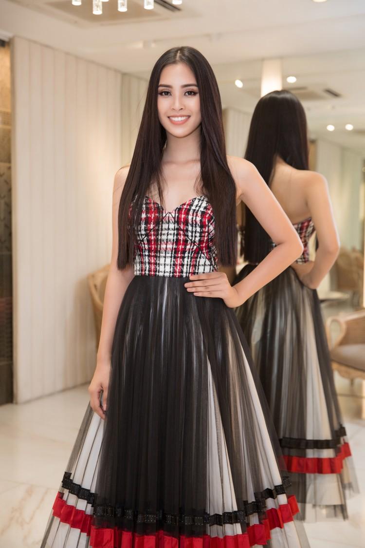 Hoa mắt với lượng váy áo khủng mà hoa hậu Tiểu Vy mang đến Miss World Ảnh 1