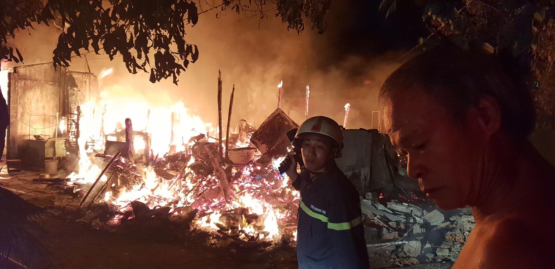 Cháy lán trại, người dân ôm tài sản tháo chạy trong đêm Ảnh 1