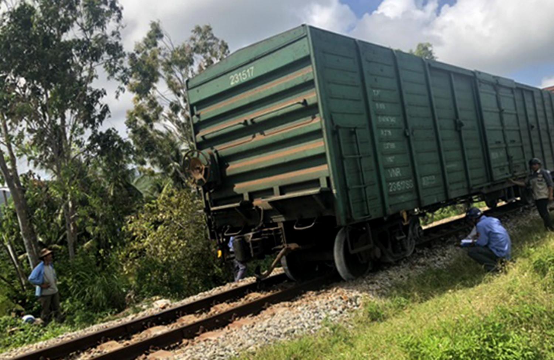 Tàu chở hàng trật bánh, đường sắt Bắc - Nam tắc nghẽn nhiều giờ Ảnh 1