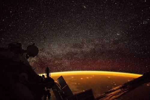 Xuất hiện quầng sáng màu cam bí ẩn bao quanh Trái Đất Ảnh 1