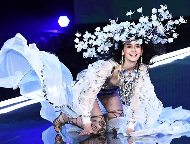 5 'thiên thần' châu Á ghi dấu ấn ở show Victoria's Secret 2018 Ảnh 18