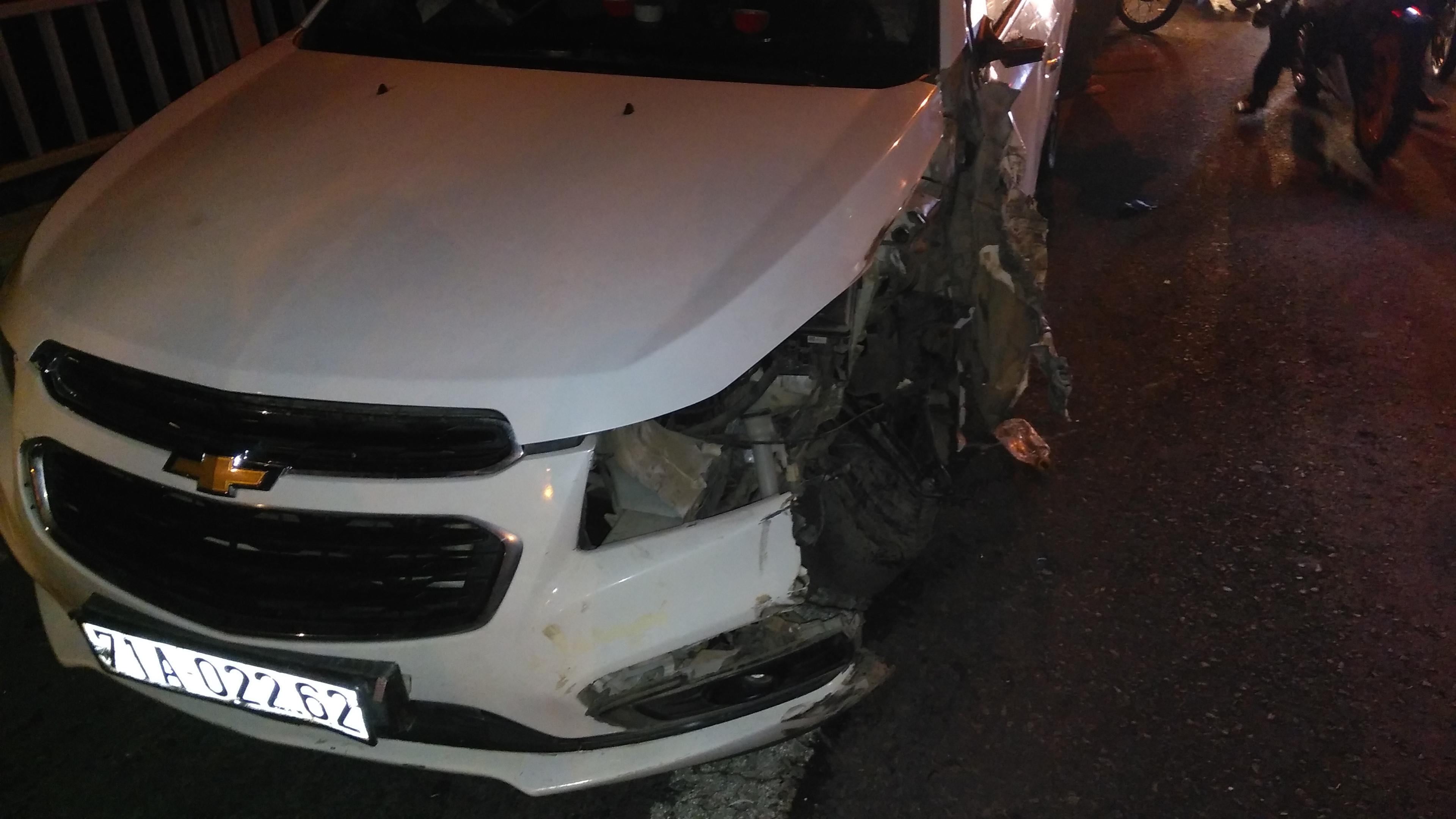 Ô tô Chevrolet tông xe tải trên cầu Rạch Miễu, giao thông tê liệt Ảnh 1