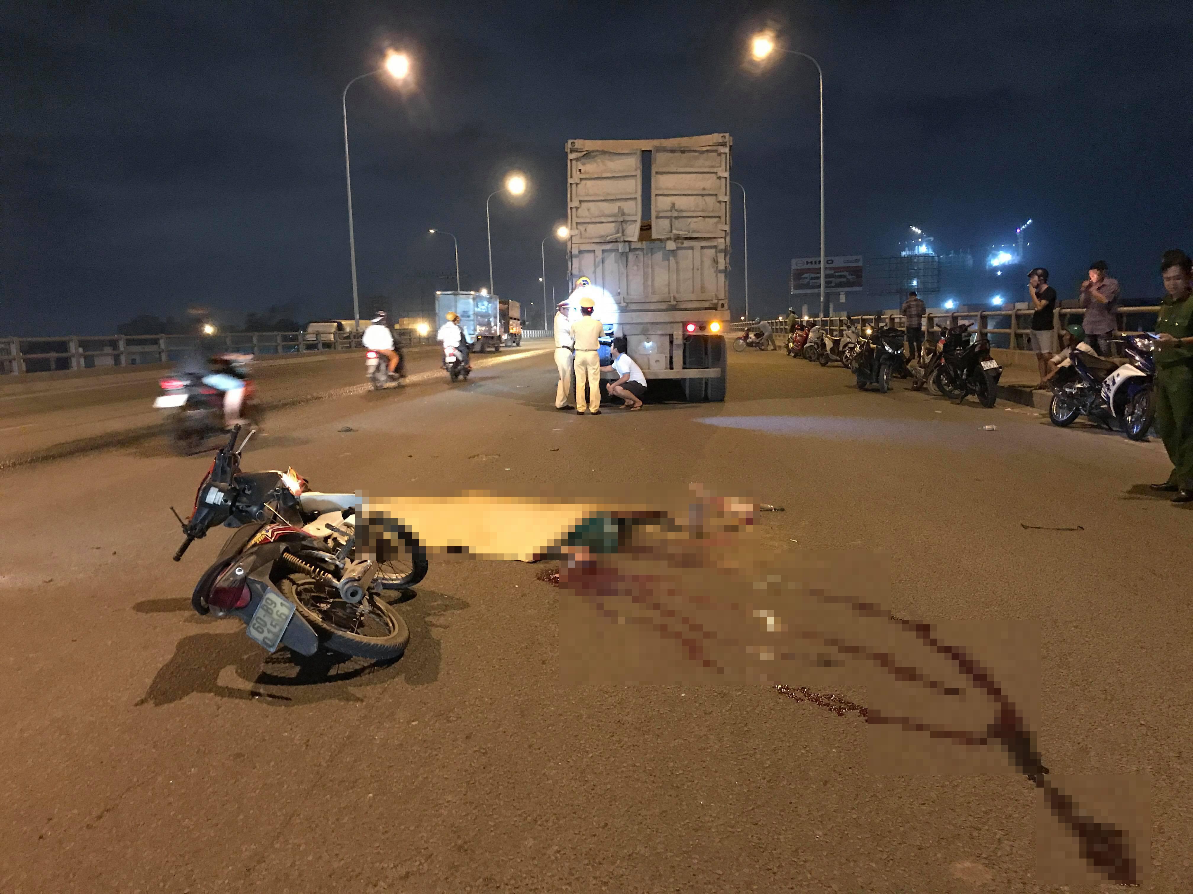 Va chạm với xe container, 2 thanh niên chết thảm trên cầu Đồng Nai Ảnh 1