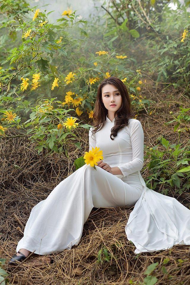 Thiếu nữ đất Cố đô khoe sắc bên hoa dã quỳ đầu mùa Ảnh 10