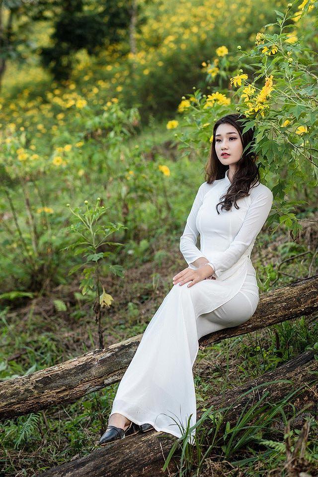Thiếu nữ đất Cố đô khoe sắc bên hoa dã quỳ đầu mùa Ảnh 3