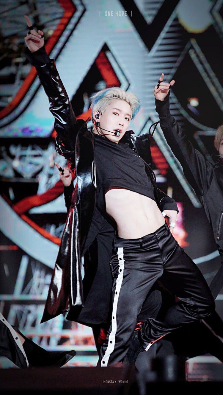 3 nam thần Kpop khiến fan 'xịt máu mũi' khi diện áo croptop Ảnh 4