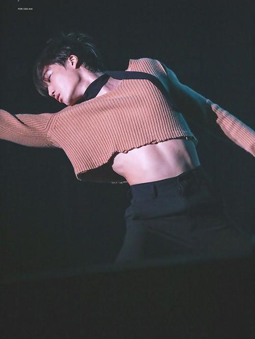3 nam thần Kpop khiến fan 'xịt máu mũi' khi diện áo croptop Ảnh 2