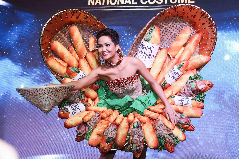 H'Hen Niê công bố quốc phục là váy bánh mỳ từng gây tranh cãi Ảnh 3