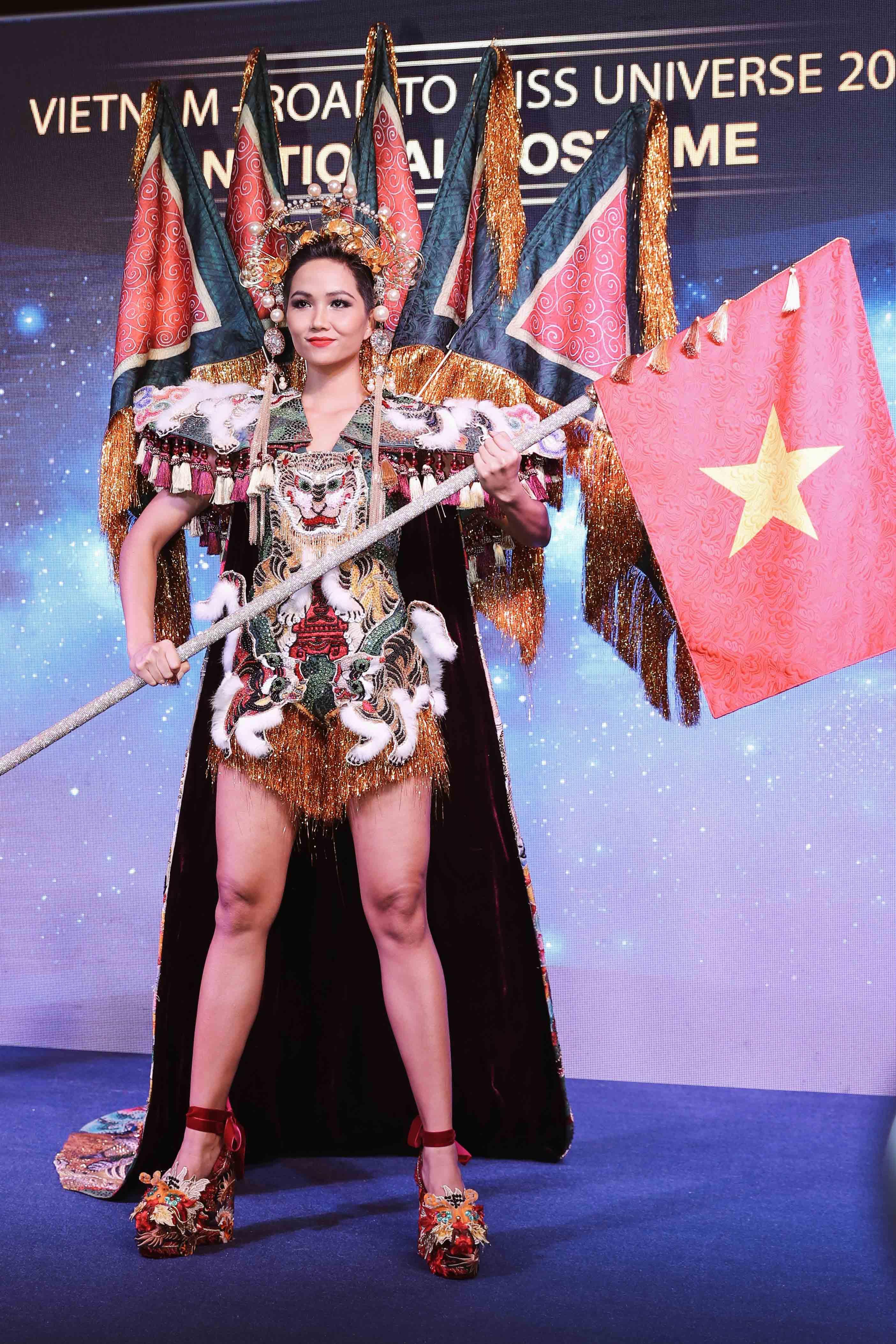 H'Hen Niê công bố quốc phục là váy bánh mỳ từng gây tranh cãi Ảnh 5