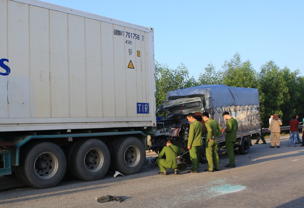 Tai nạn nghiêm trọng, xe tải húc đuôi container, hai người tử vong Ảnh 2
