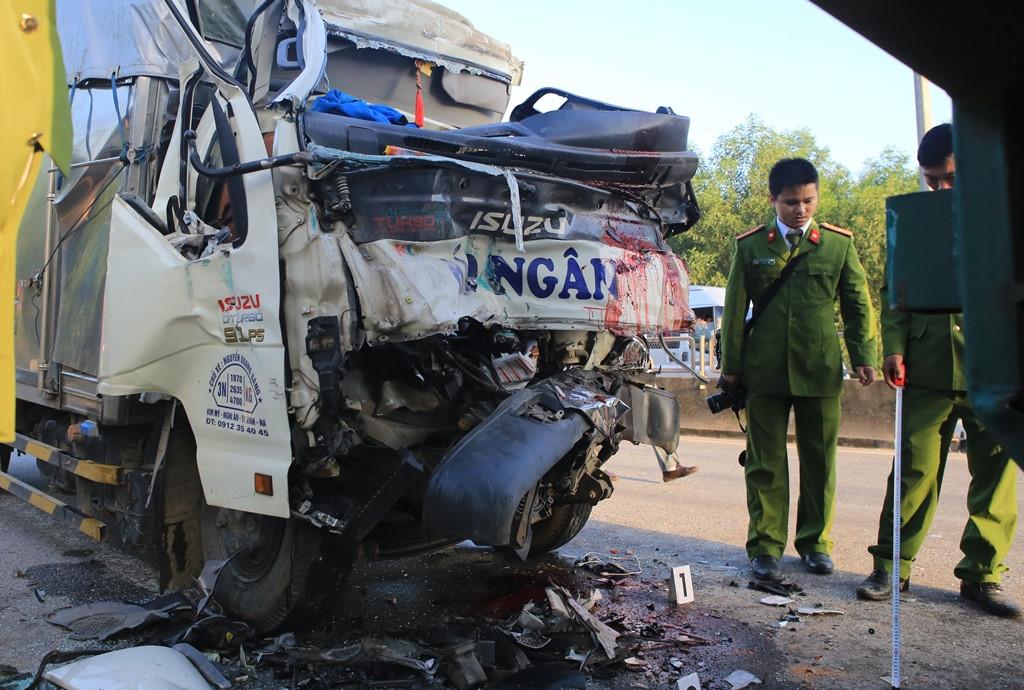 Tai nạn nghiêm trọng, xe tải húc đuôi container, hai người tử vong Ảnh 1
