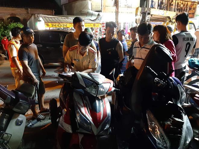 TP.HCM: Ô tô 'điên' cuốn hàng loạt xe máy vào gầm, 4 người bị thương trong đó có trẻ em Ảnh 4