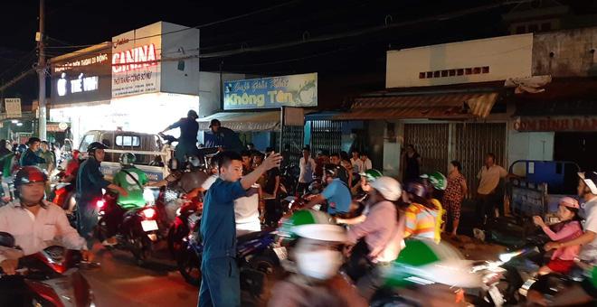 TP.HCM: Ô tô 'điên' cuốn hàng loạt xe máy vào gầm, 4 người bị thương trong đó có trẻ em Ảnh 2