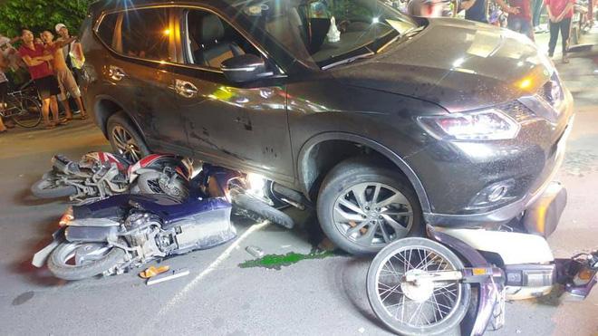 TP.HCM: Ô tô 'điên' cuốn hàng loạt xe máy vào gầm, 4 người bị thương trong đó có trẻ em Ảnh 3
