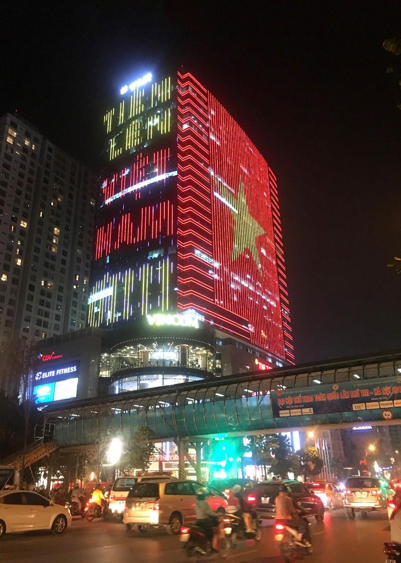 Quốc kỳ bằng đèn LED khổng lồ cổ vũ đội tuyển Việt Nam Ảnh 3