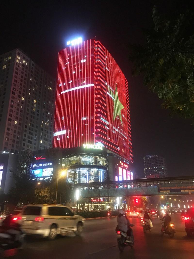 Quốc kỳ bằng đèn LED khổng lồ cổ vũ đội tuyển Việt Nam Ảnh 1