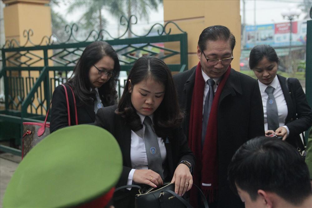 Các bị cáo đều có mặt tại tòa, trừ bác sĩ Hoàng Công Lương Ảnh 2