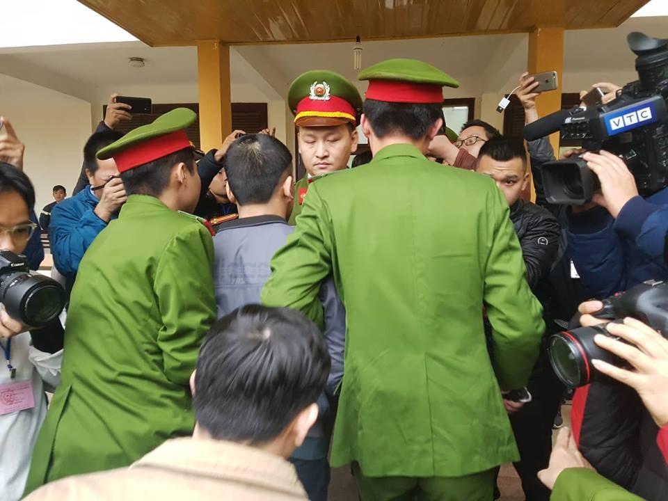 Các bị cáo đều có mặt tại tòa, trừ bác sĩ Hoàng Công Lương Ảnh 6