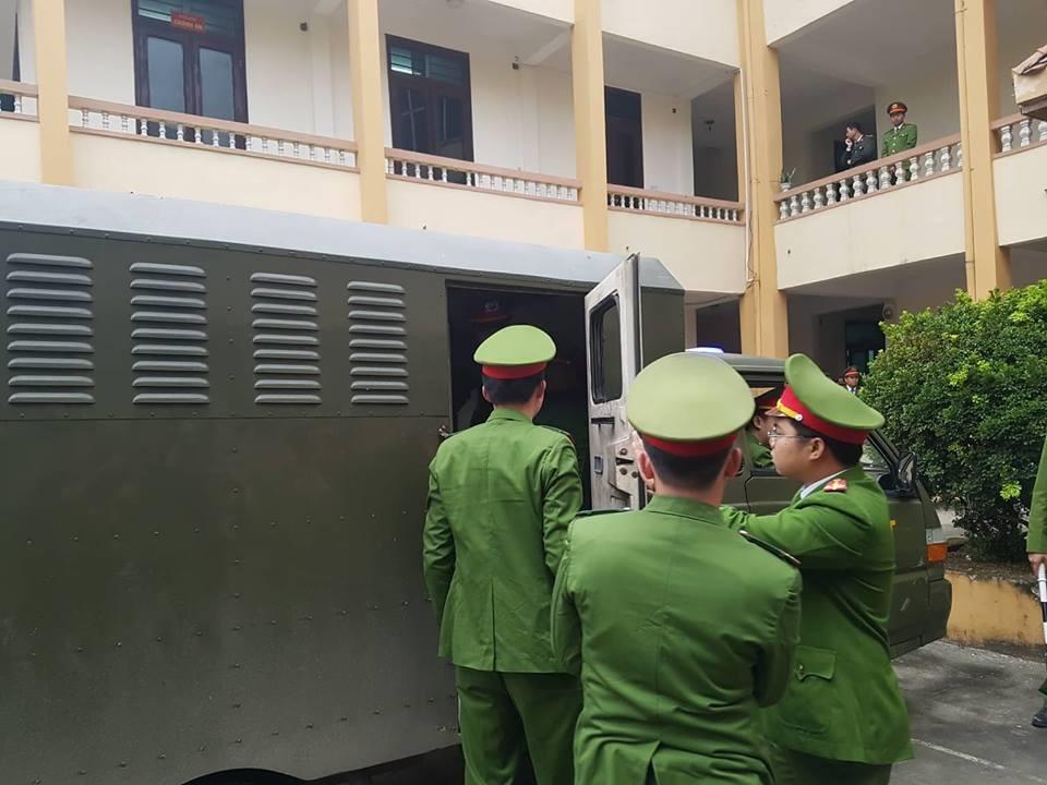 Các bị cáo đều có mặt tại tòa, trừ bác sĩ Hoàng Công Lương Ảnh 5