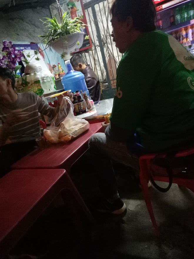Mua 12 ổ bánh mì, 6 cốc trà sữa xong bị 'khách bùng', anh grab bike ngẩn ngơ ngồi ăn một mình khiến ai cũng thương Ảnh 1