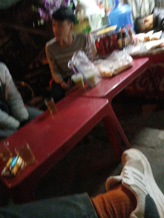Mua 12 ổ bánh mì, 6 cốc trà sữa xong bị 'khách bùng', anh grab bike ngẩn ngơ ngồi ăn một mình khiến ai cũng thương Ảnh 2