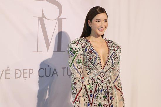 Jolie Nguyễn diện đầm xẻ sâu hút tại fashion show Ảnh 4