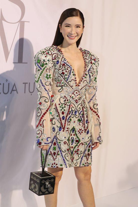 Jolie Nguyễn diện đầm xẻ sâu hút tại fashion show Ảnh 3