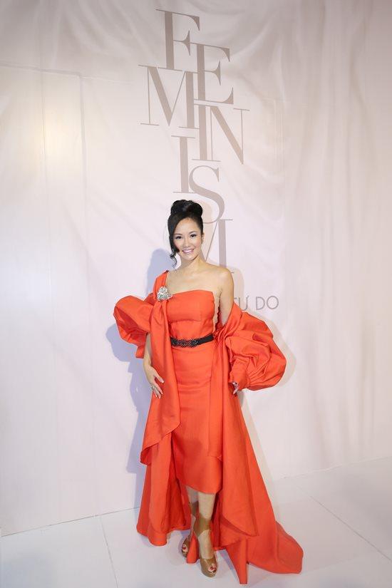 Jolie Nguyễn diện đầm xẻ sâu hút tại fashion show Ảnh 5