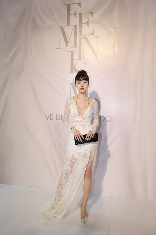 Jolie Nguyễn diện đầm xẻ sâu hút tại fashion show Ảnh 1