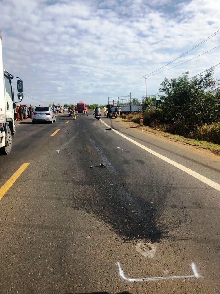 Tông vào xe tải xoay ngang đường, 3 người tử vong Ảnh 4
