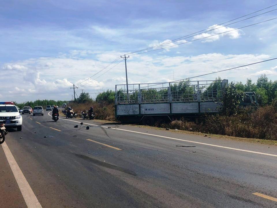 Tông vào xe tải xoay ngang đường, 3 người tử vong Ảnh 2