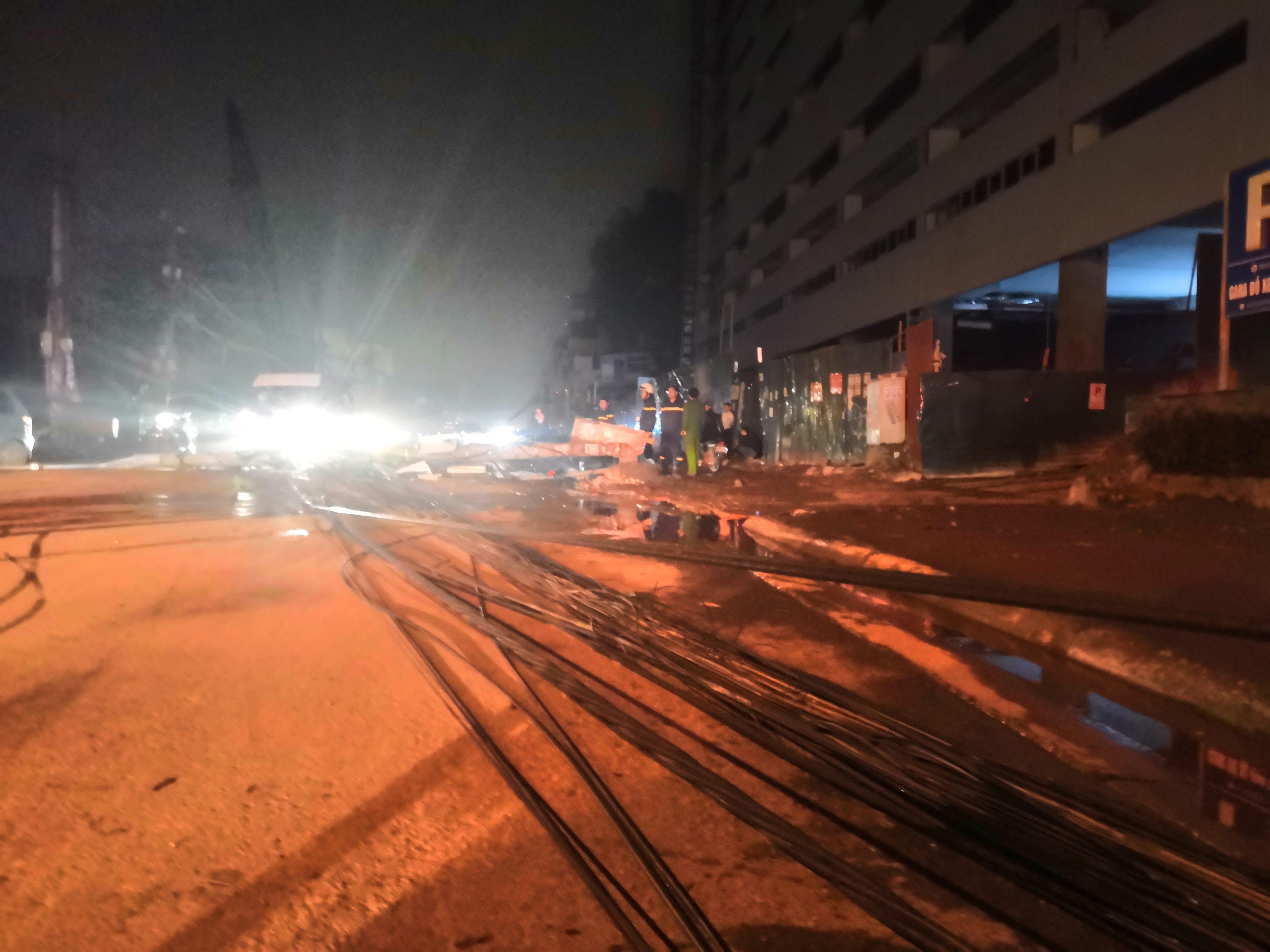 Xe bồn chở xăng kéo đổ 4 cột điện trong đêm, nhiều hộ dân mất điện Ảnh 6