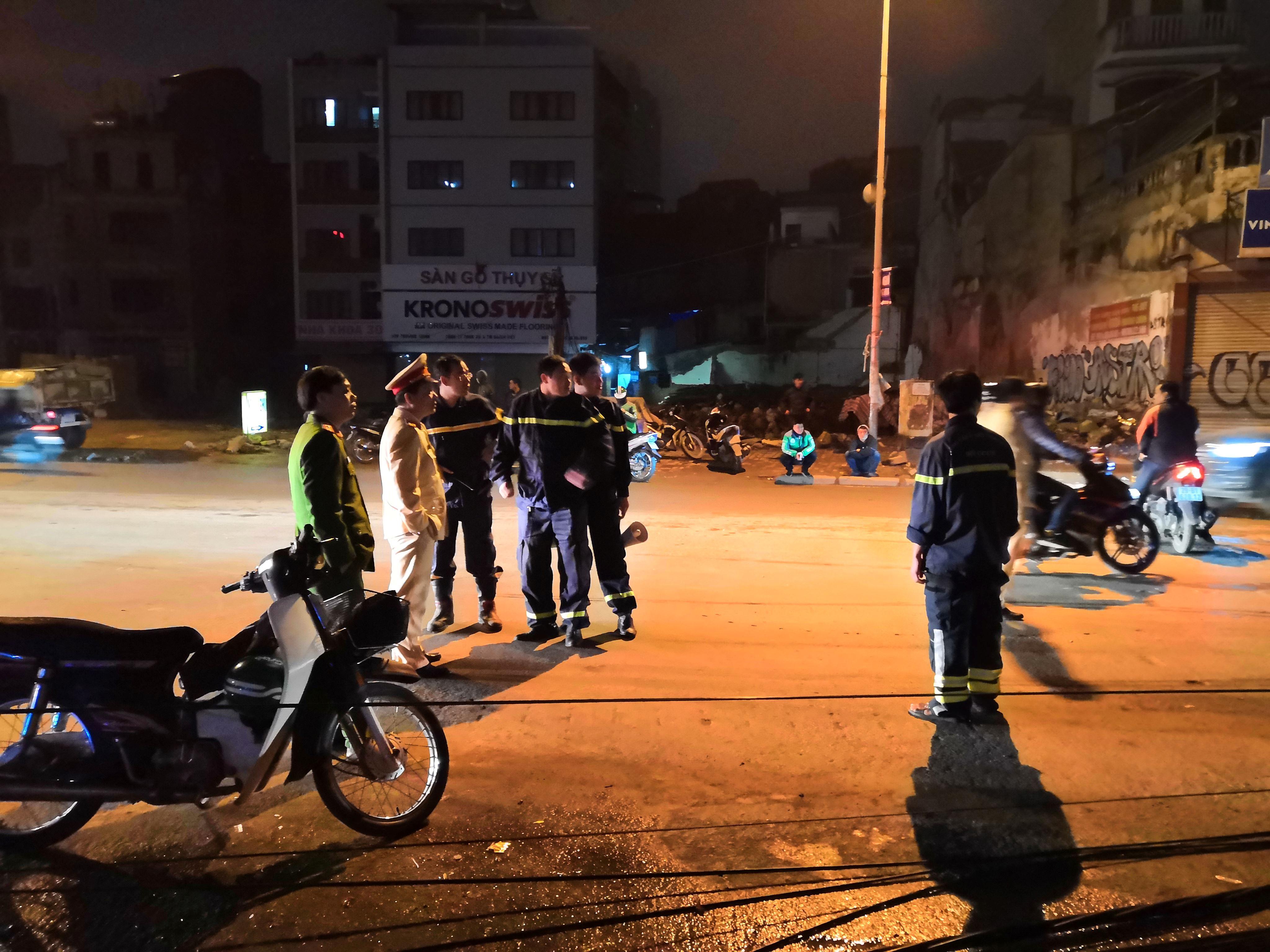 Xe bồn chở xăng kéo đổ 4 cột điện trong đêm, nhiều hộ dân mất điện Ảnh 8