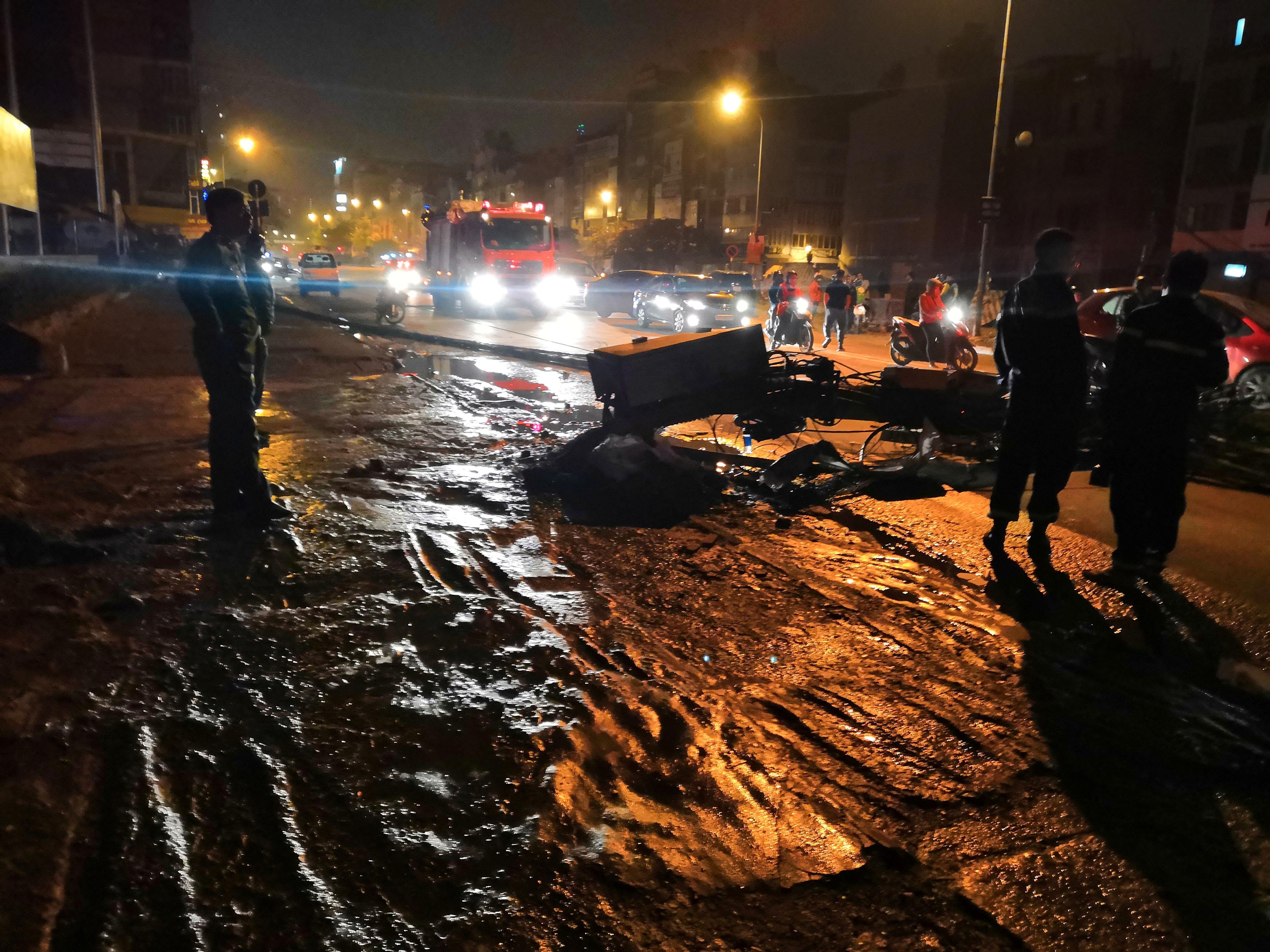 Xe bồn chở xăng kéo đổ 4 cột điện trong đêm, nhiều hộ dân mất điện Ảnh 7
