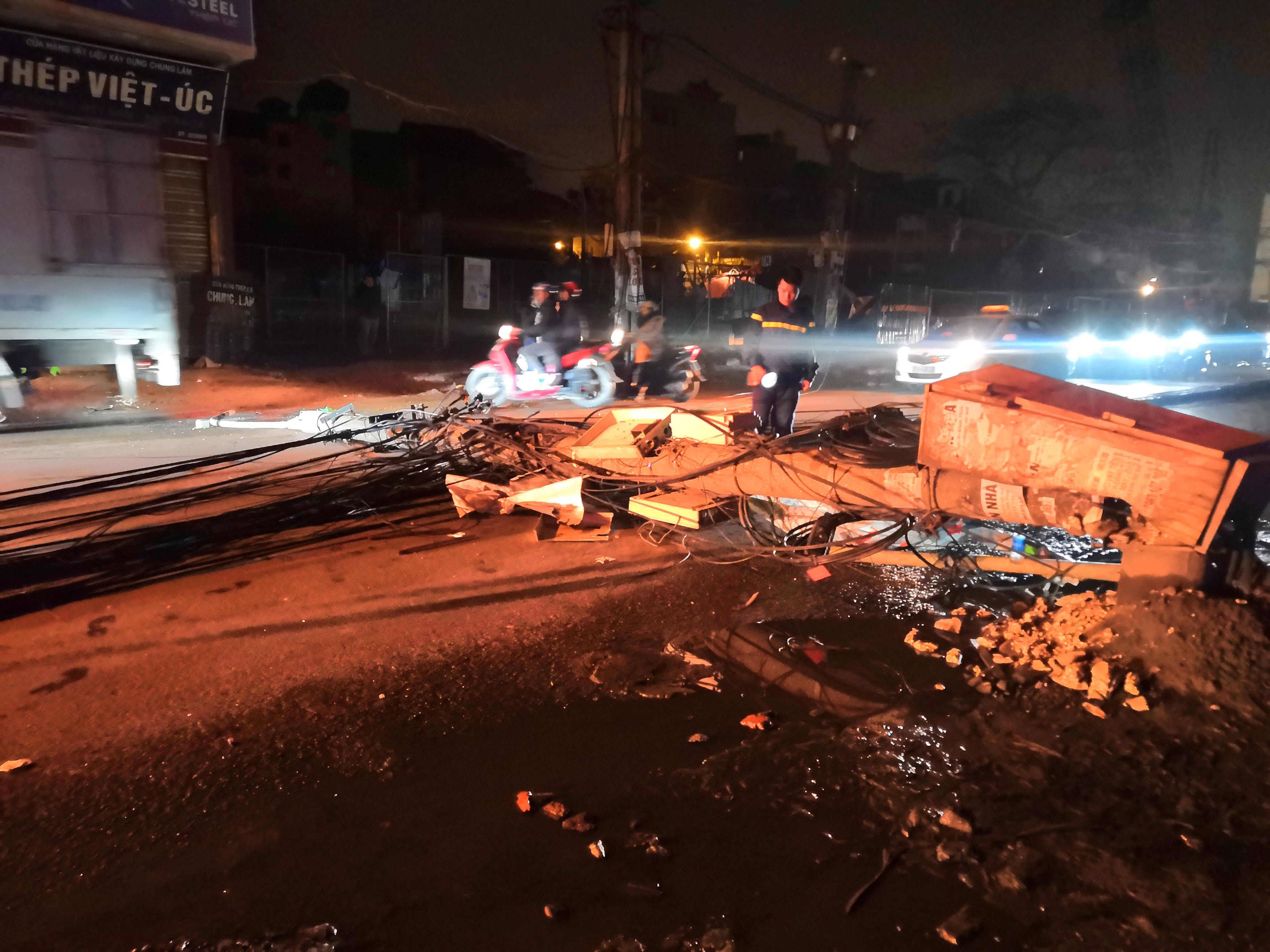 Xe bồn chở xăng kéo đổ 4 cột điện trong đêm, nhiều hộ dân mất điện Ảnh 2