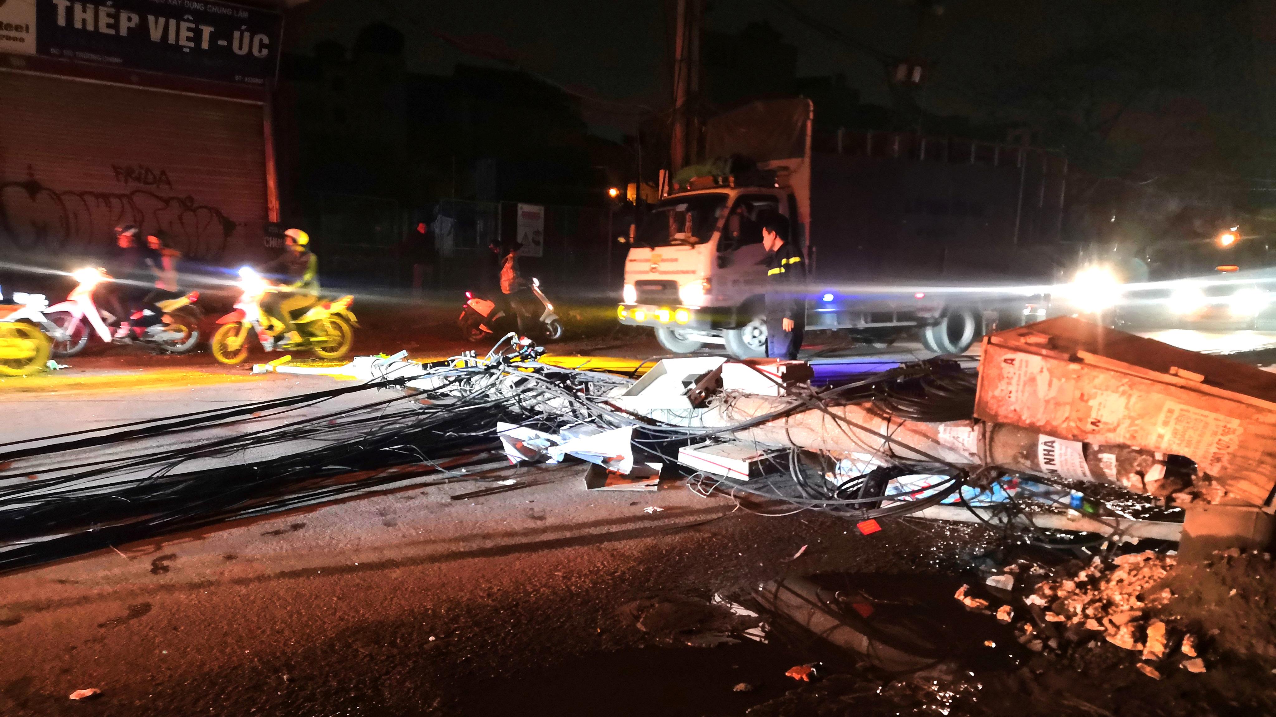 Xe bồn chở xăng kéo đổ 4 cột điện trong đêm, nhiều hộ dân mất điện Ảnh 1