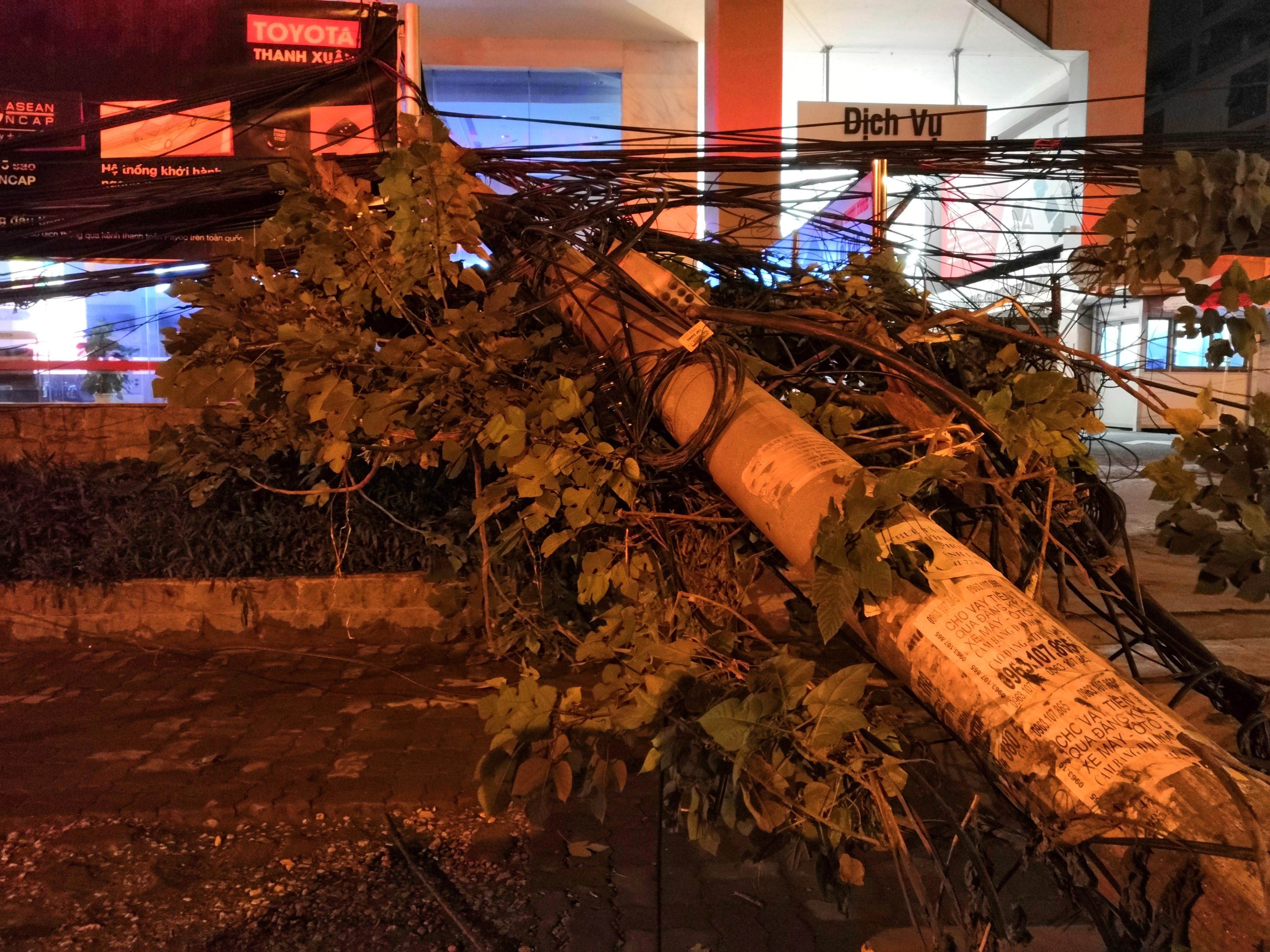 Xe bồn chở xăng kéo đổ 4 cột điện trong đêm, nhiều hộ dân mất điện Ảnh 5